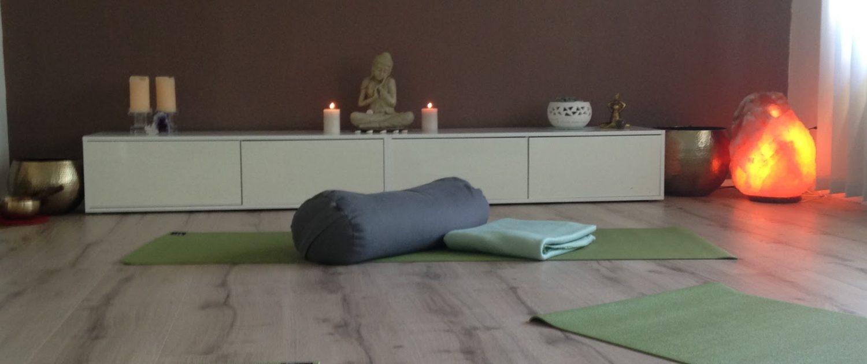 Neben Atemübungen spielt auch Yoga Meditation eine Rolle